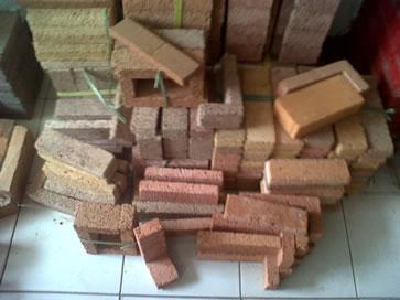 Bata hias dipergunakan untuk melapis dinding batako agar terlihat lebih indah.